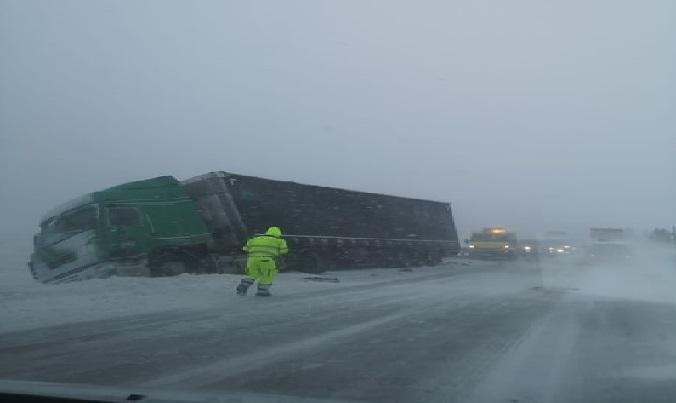 El mal tiempo deja momentos de pánico en Italia, con camiones y vehículos volcados