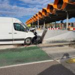 Un conductor empotra contra un bloque de hormigón en el peaje de Vilademuls de la AP-7