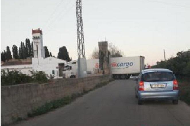 Otro camión queda atrapado por el GPS en una vía rural, pese a las señales de advertencia instaladas por el ayuntamiento