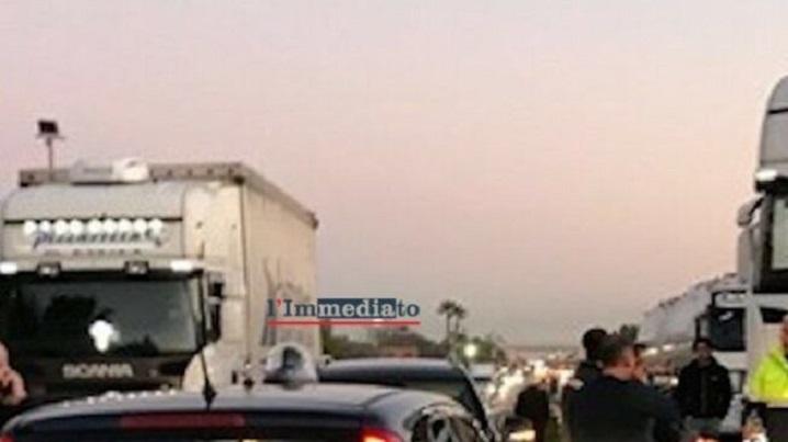 Un comando de 7 encapuchados armados asalta tres camiones de cigarrillos en la A-16  Cerignola