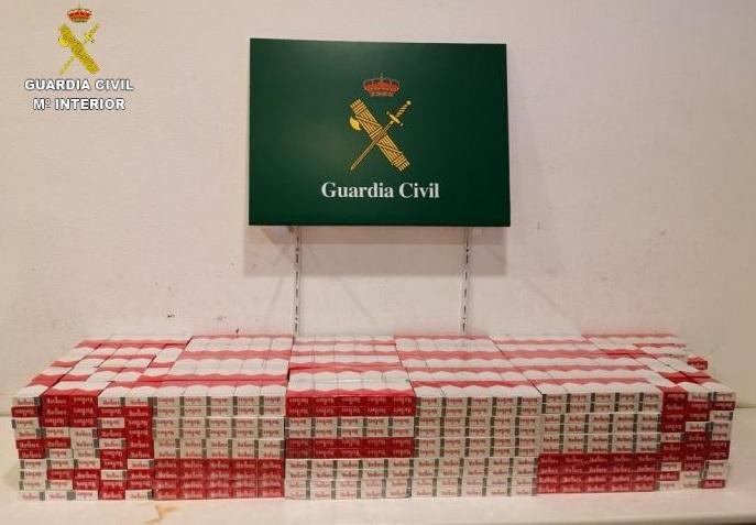 Descubren más de 2.500 paquetes tabaco de contrabando en dos buses de la Jonquera