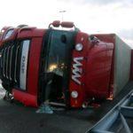 Los fuertes vientos  provocan la muerte de un camionero y consiguen volcar camiones incluso parados por la borrasca Ciara