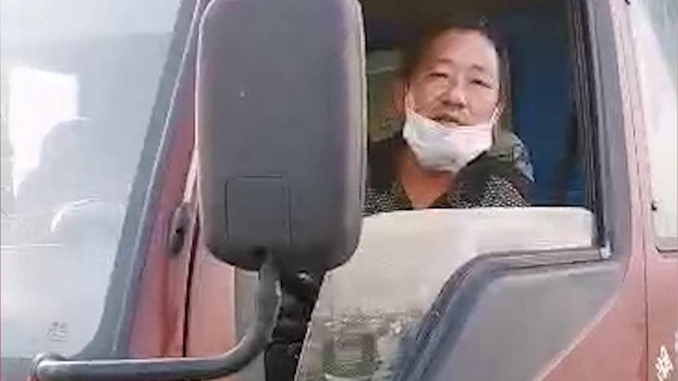 Un camionero chino estuvo un mes bloqueado en un área de servicio, por que ninguna ciudad quería dejarle entrar