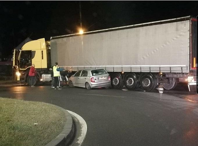 Y dice que la culpa es del camión. ¿Sabías que siempre se debe abandonar las rotondas desde el carril derecho?