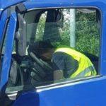 Denunciado un camionero dormido de cansancio en una cola