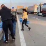 En Alemania la gente deja comida y agua en la calle a los camioneros. Vídeo