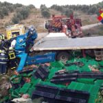 Fallece un camionero de 40 años que transportaba alimentos tras volcar el tráiler a su paso por Olvera