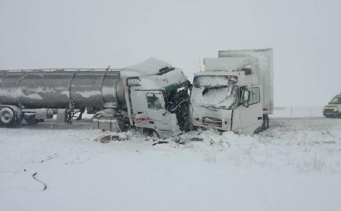 Dos camiones colisionan por la nieve en la CL-101 entre Noviercas y Ólvega