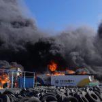 El incendio en la empresa de camiones Primoti de Alicante se propaga a la nave industrial anexa