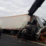 Herido el conductor de un camión tras una violenta colisión con un vehículo pesado apartado en el arcén