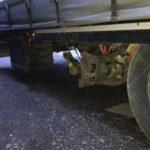 La policía no creyó lo que vieron: un camión viajaba doblado sin una rueda y el eje atado con cinchas en la A1