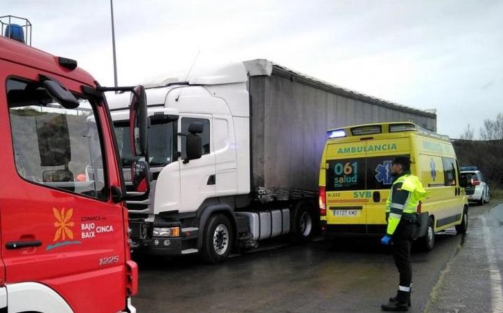 vehiculos de emergencias junto al camion donde estaba el fallecido