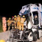Un camionero fallece y dos resultan heridos en la colisión de dos camiones en la A33 Villena