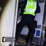 La Guardia Civil rescata a un camionero atrapado durante horas entre la carga del remolque