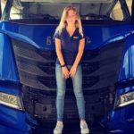 ¿Qué se esconde detrás de la chica? Un camión con espacio habitable maximizado para poder estar de pie y con fácil accesibilidad