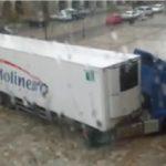 Duras críticas al conductor de un camión de Molinero, que dañó una farola en la plaza España de Aguilar de Campoo