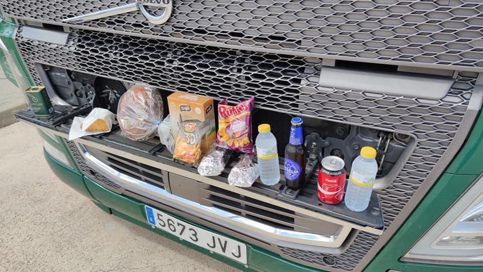Los camioneros son obsequiados en Murcia con cestas que nada tienen que envidiar las que algunas empresas regalan en Navidad