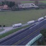 Esta vista es increíble: 57 camiones llevando un hospital improvisado