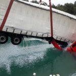 Rescatan el camión que hundieron los asaltantes en Francia, con pérdidas por valor de 138.000 euros