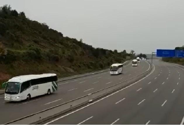 Críticas a los Mossos por escoltar a un convoy de autobuses por el medio de la AP7 ¿Es legal? Te lo explicamos.