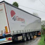 Un camión de Girteka atascado con 27 toneladas de pellets, obliga a intervenir a los bomberos