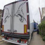 Una hora batallando ayudado por los vecinos, el conductor de un camión que quedó atrapado en Carantos