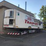 Un semirremolque frigorífico de un camión con capacidad para 150 cuerpos en el policlínico de Módena