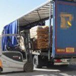 Un camionero herido grave, al caerle la carga que manipulaba encima en Lorca
