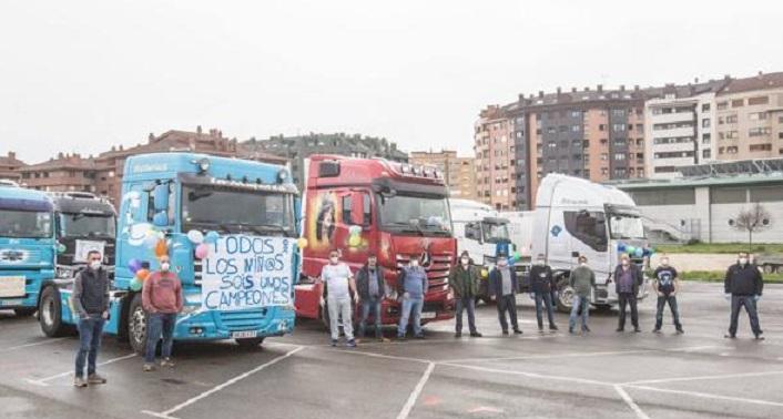 Caravana de camiones en Piedras Blancas para animar a los niños confinados