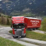 Seis horas para rescatar un camión polaco atascado en un camino de tierra en Suiza