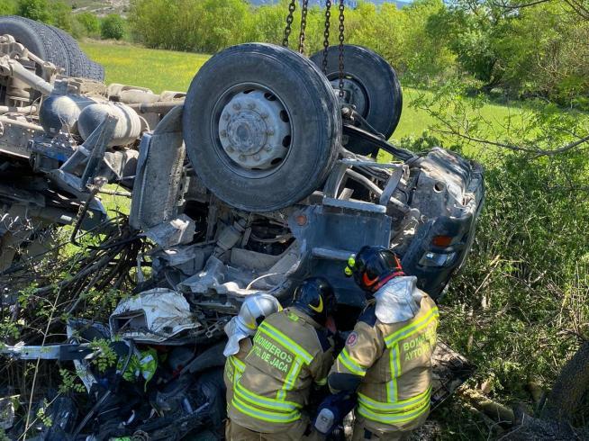 el camion ha volcado en la n 240 provocando la muerte del conductor