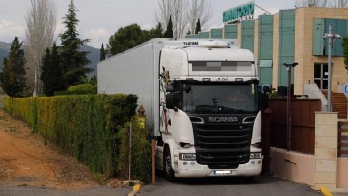 «Tienen a mi madre congelada en un camión»: un mes de espera para incinerar por el coronavirus