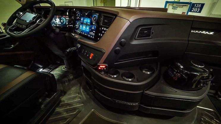 Kamaz Continent, el camión equipado con estacionamiento autónomo, sistema de piloto semiautomático, reconocimiento y cumplimiento de señales