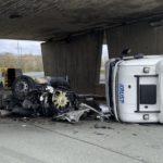 Un camión sin remolque golpea un puente en la A36 y se parte en dos