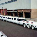 Te presentamos a la limusina más grande del mundo, con ¡24 ruedas, piscina y un helipuerto!
