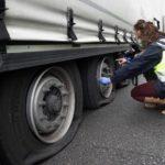 Rajan 25 ruedas y dañan bombines de amortiguación de los camiones de una empresa aparcados en Oceao