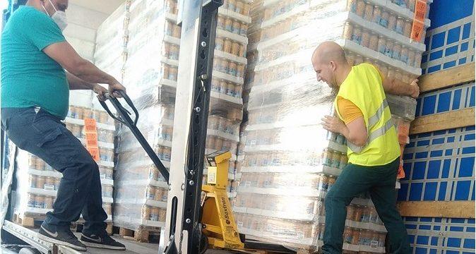 Conductores de camiones en tareas de carga y descarga. Imagen wasap