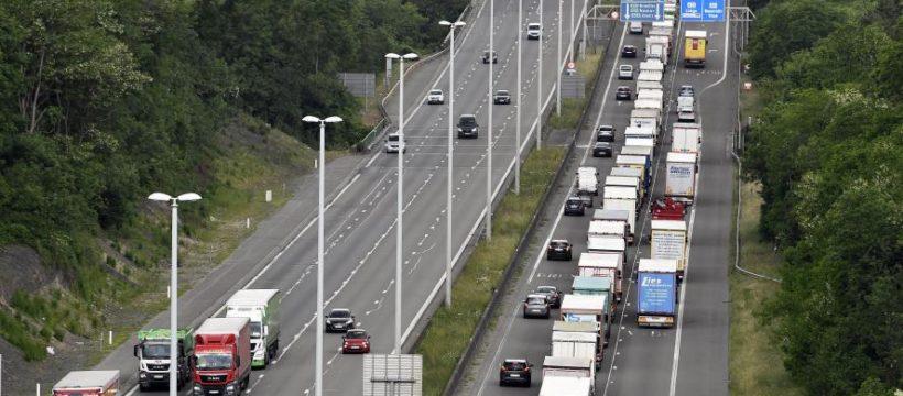 Fallece un camionero apasionado a los «75 años», al estallar el neumático del camión en la E40 belga