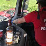 La imagen de un camionero tomando «Whisky al volante con la música a todo volumen», no corresponde con la realidad
