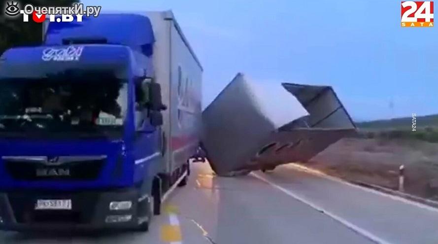Un camionero ató el camión a un árbol para salvarlo del viento. ¡Casi lo logró! – Video