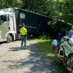 El GPS se la lía a un camionero polaco': se queda atascado un tráiler tras entrar por confusión en un camino forestal cerca de la N-121-A