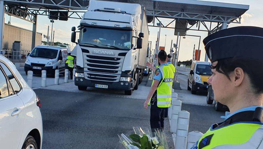 Los gendarmes premian a los camioneros, bocadillos, chocolate, dulces, caramelos y flores «por garantizar el transporte de los productos necesarios a la población