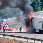 Arde un camión de fresas en plena autovía A-4