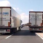 Un camionero retiene al conductor de un Mercedes que quiere adelantar por la derecha a todos en una retención