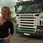 La camionera de 22 años, que viaja en su camión con uñas pintadas, siempre maquillada cortinas y zuecos rosas