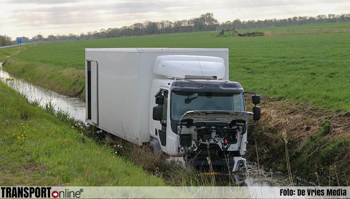 Un camión termina en un canal por evitar atropellar a un ciervo