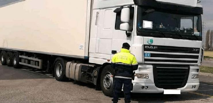 Un camionero se resiste a que le quiten el control remoto que interfiere el tacógrafo. Le costó 3.500 € y el carné