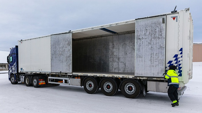 La camionera sueca que le gustan los viajes largos en Actros: «Prefiero dormir en mi camión que en la cama de mi casa»
