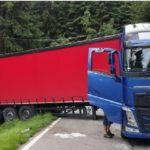 Un camión articulado se atasca en la cuarta curva de las 48 cerradas del mítico Paso Stelvio