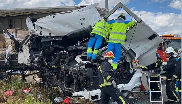 Un camionero queda atrapado en la cabina tras chocar contra otro camión en la M-45 de Madrid